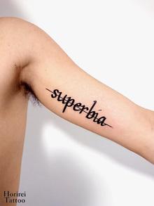 刺青作品 レタリングタトゥー 「superbia」